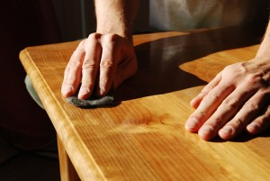 Entretien des meubles avec du cires