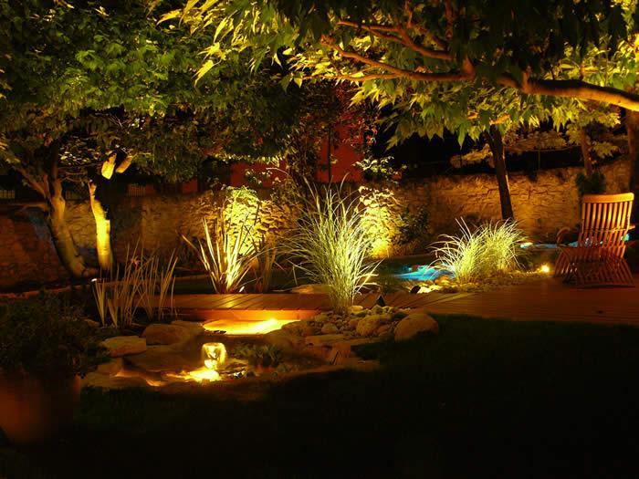 des conseils en d coration maison et jardin utiliser l clairage pour mettre en valeur son jardin. Black Bedroom Furniture Sets. Home Design Ideas